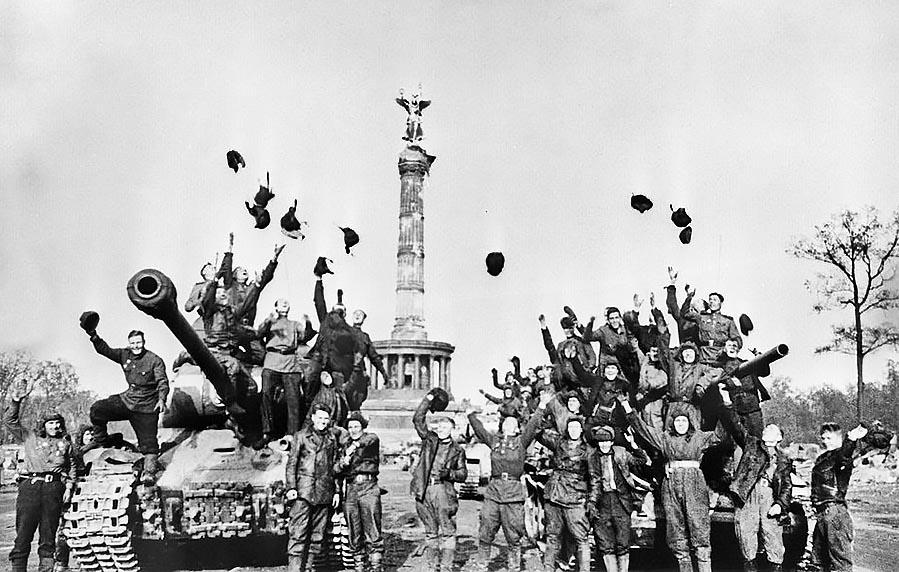 9 мая 1945 года на Красной площади   Фотографии, Война, Старые ...   572x899